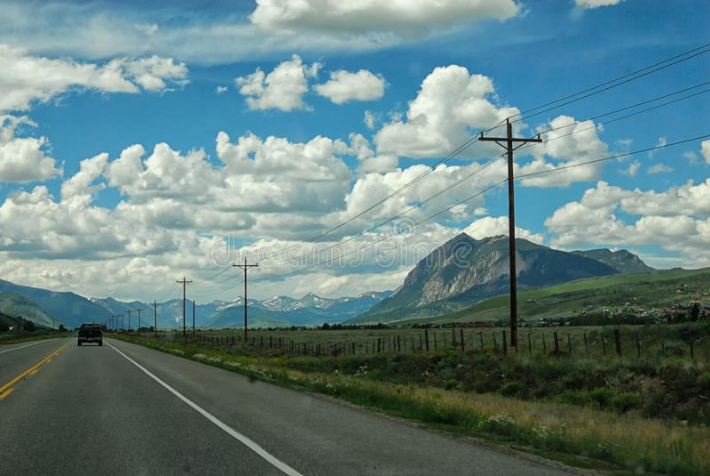 在向有顶饰小山的路上在科罗拉多在一个部分多云,但是晴朗的夏日 图库摄影