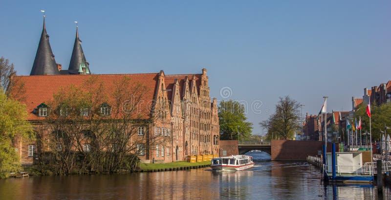在吕贝克游览审阅一条运河的小船 免版税库存图片