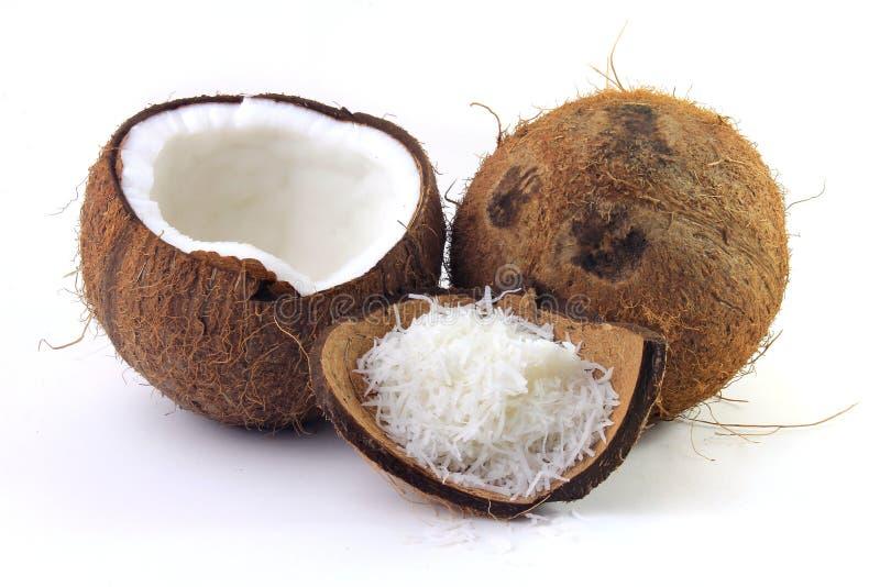 在吠声和壳安置的新鲜的椰子剥落被隔绝在白色背景 库存照片