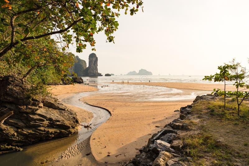 在含沙Ao Nang海滩的美丽如画的风景视图在甲米府 免版税库存图片