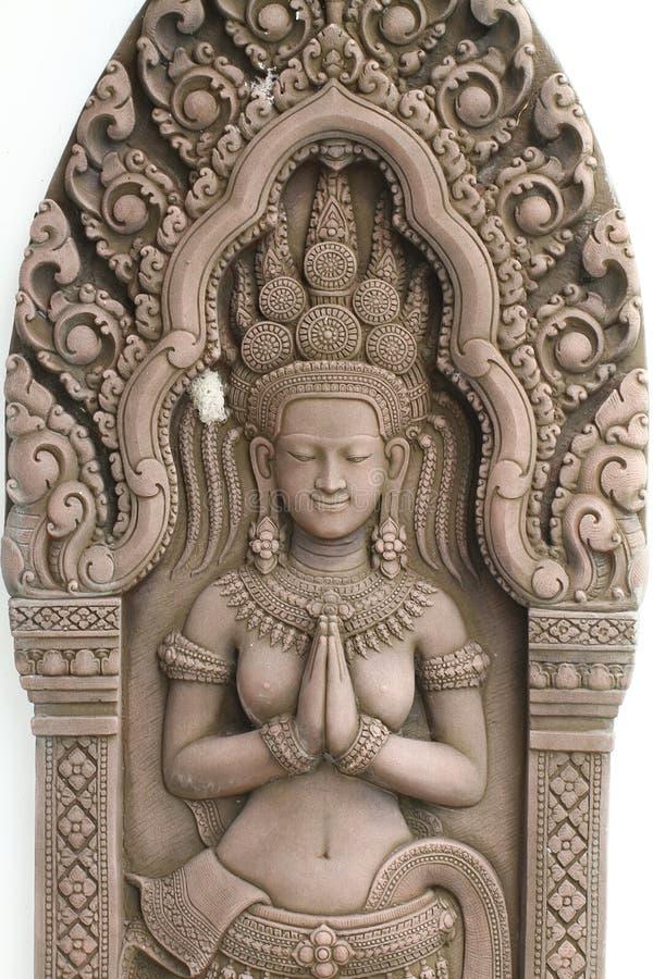 在吴哥窟围住板刻/寺庙devi舞蹈家安心在柬埔寨隔绝了在白色背景,家庭装饰 免版税库存图片