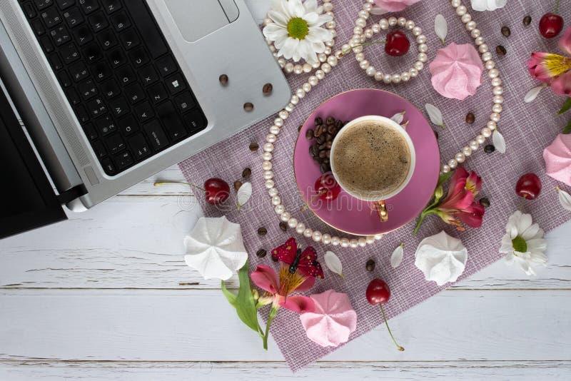 在和休闲题目的布局与咖啡、甜点、花和膝上型计算机一起使用 免版税库存图片