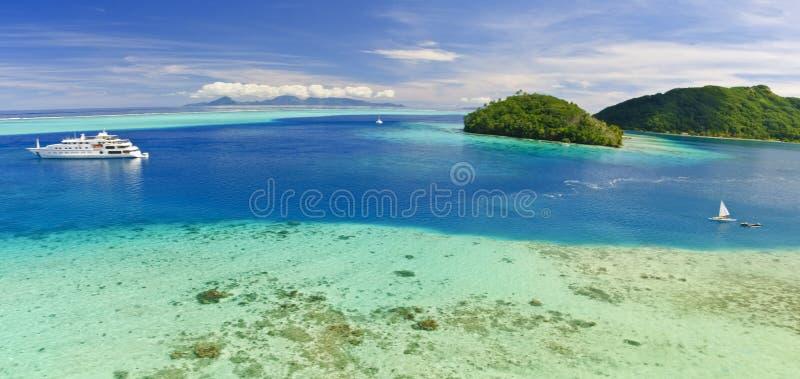 在和平的南游艇附近的海滩海岛 免版税库存图片