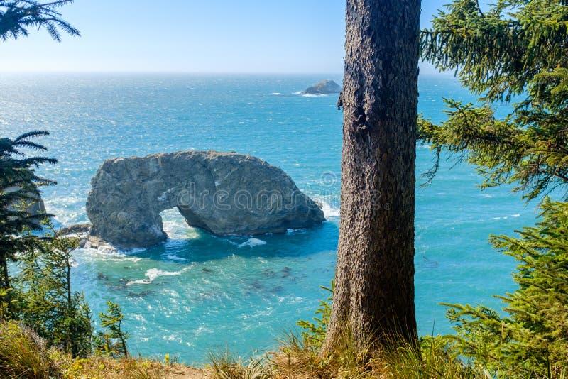 在和平的海岸线的曲拱岩石 库存图片