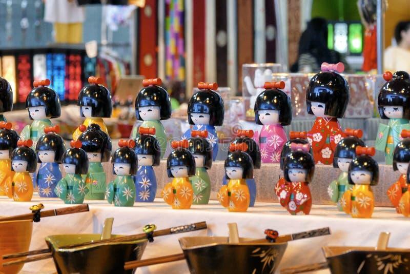 在和服衣服的日本kokeshi玩偶 免版税库存照片