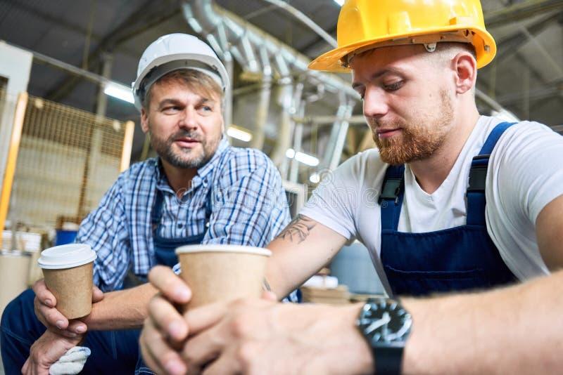 在咖啡休息的建造者 免版税库存图片