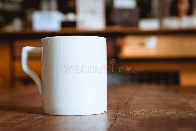 在咖啡店咖啡馆的咖啡杯 图库摄影