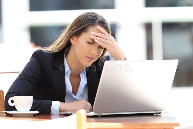 在咖啡店的女实业家遭受的头痛 库存照片