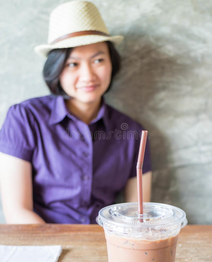 在咖啡店的妇女冷颤 免版税库存图片