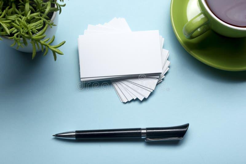 在咖啡杯的名片空白和笔在办公室桌上 公司文具烙记的大模型 库存图片