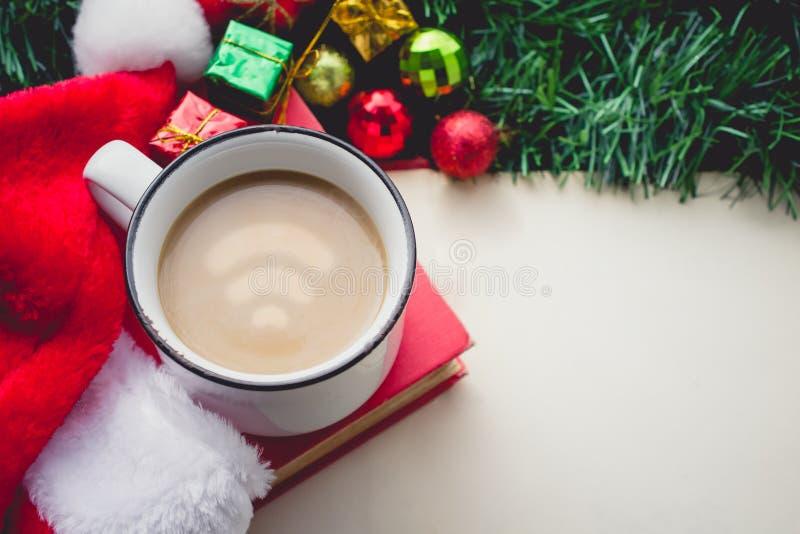 在咖啡杯的Wifi标志有圣诞老人帽子的和装饰和Bla 免版税图库摄影