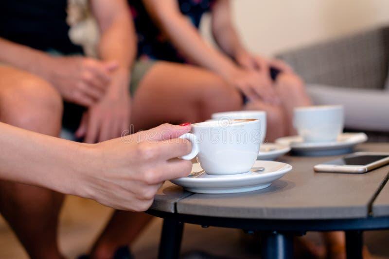 在咖啡桌上的新鲜的鲜美咖啡 库存图片