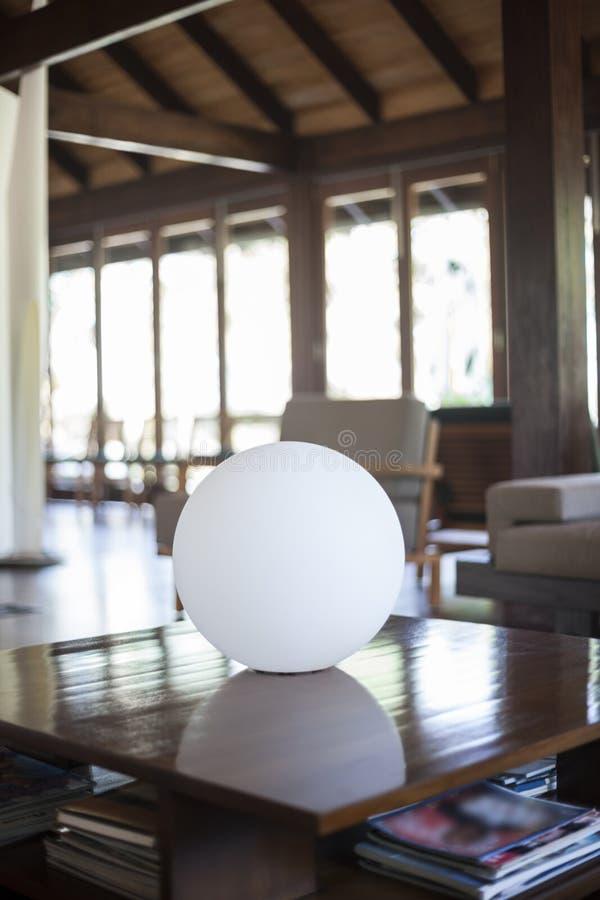 在咖啡桌上的球形反光板 免版税库存照片