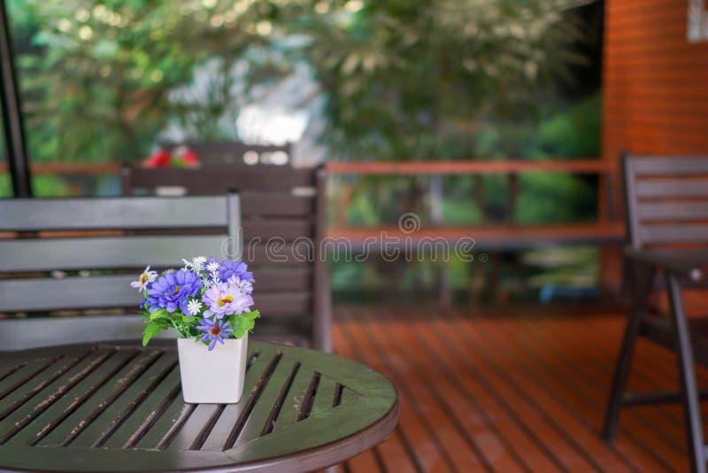 在咖啡桌上的花盆 免版税库存图片