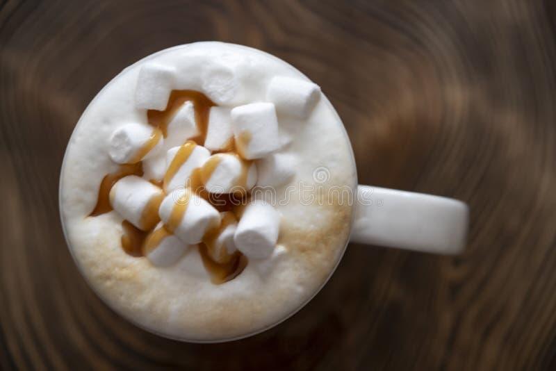 在咖啡的Marshmellow木表面上 免版税库存图片