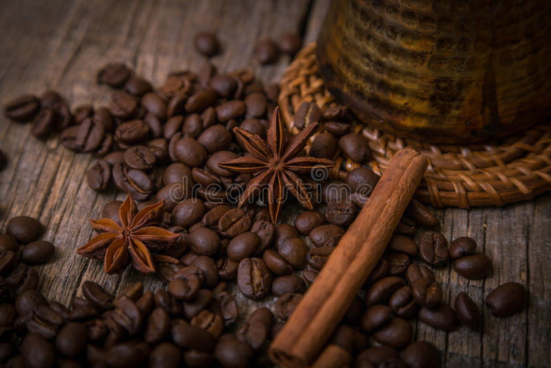 在咖啡豆的土耳其咖啡壶 免版税库存图片