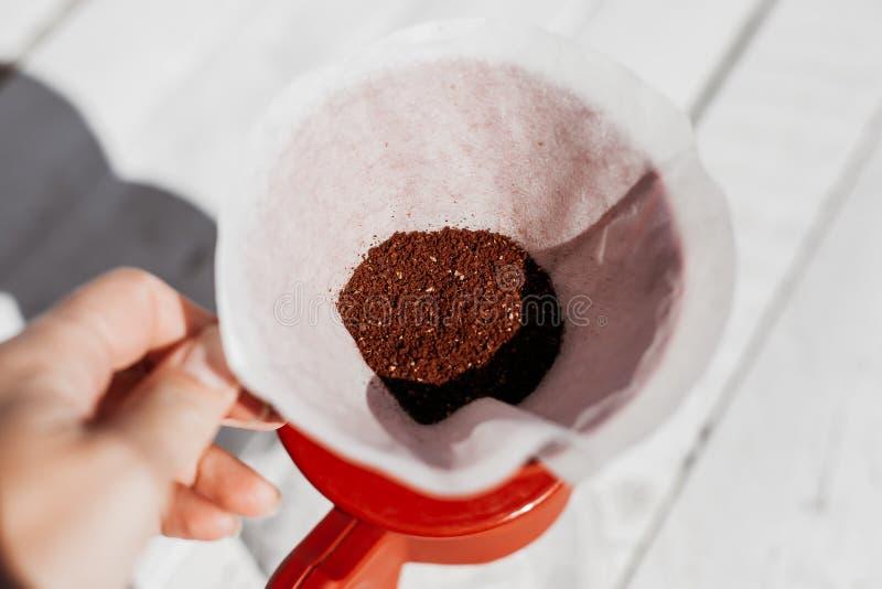 在咖啡过滤器的可口新近地地面早晨咖啡粉末 免版税库存照片