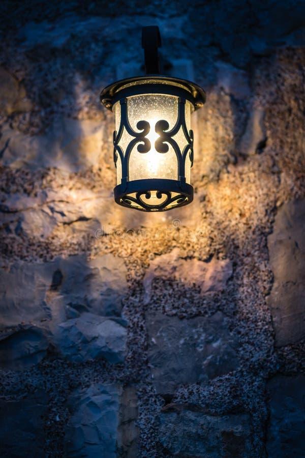 在咖啡馆之外的小灯在晚上 库存照片