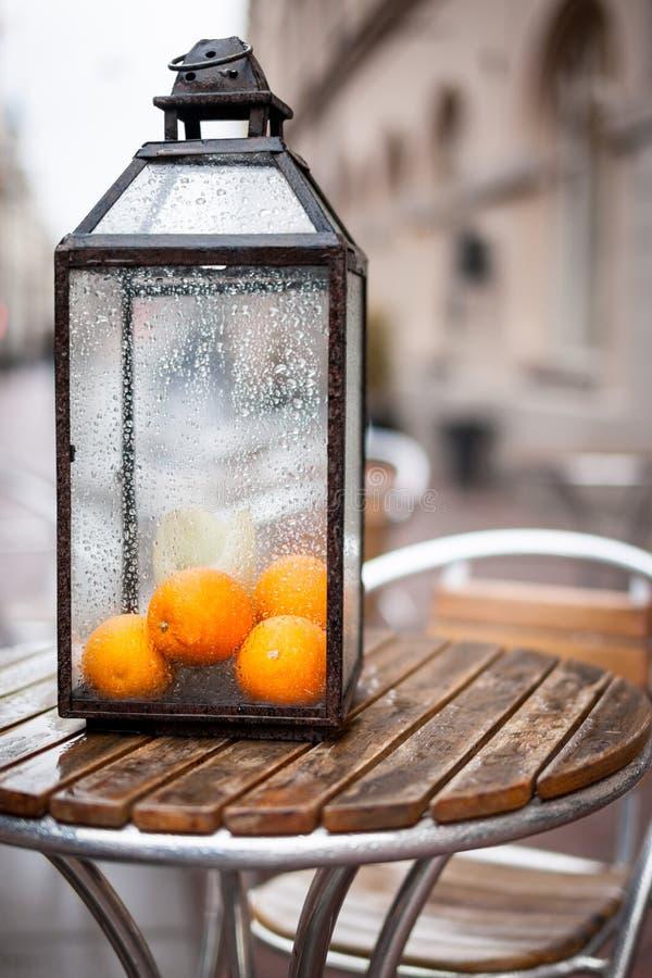 在咖啡馆大阳台的创造性的装饰 库存图片