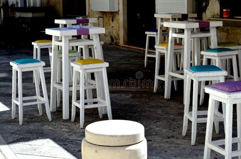 在咖啡馆的五颜六色的高凳 免版税库存照片