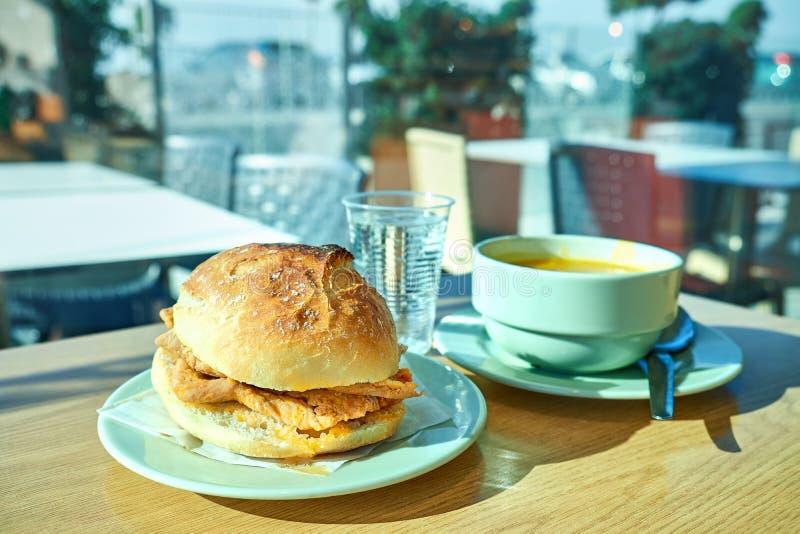 在咖啡馆的传统葡萄牙食物 蔬菜汤, shamusa,猪肉牛肉三明治bifana 库存图片