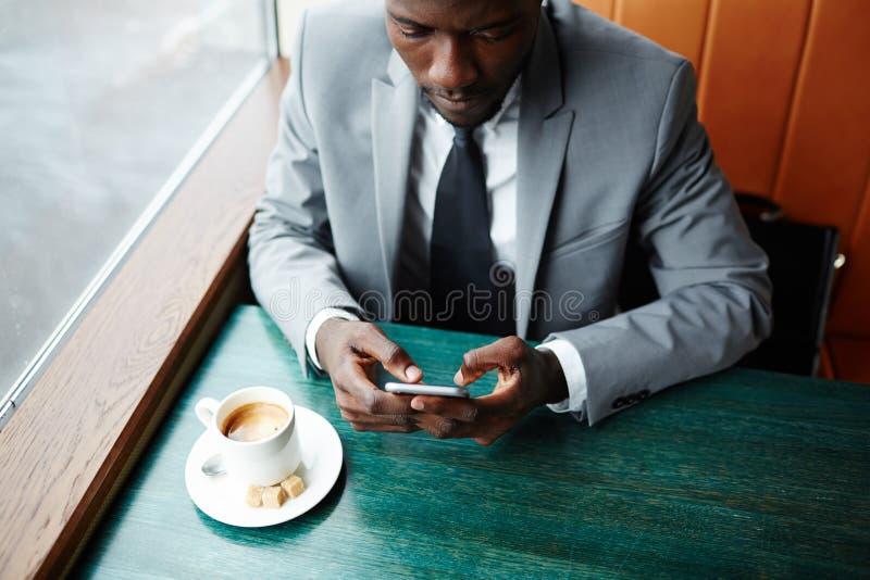 在咖啡馆的传讯 图库摄影