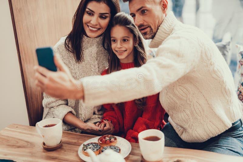 在咖啡馆的可爱的家庭消费时间 库存图片
