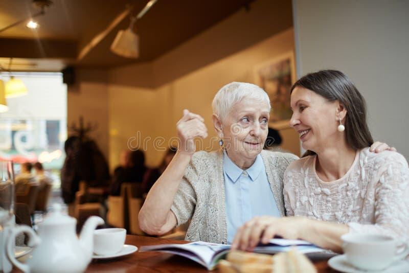 在咖啡馆的在一起 免版税库存照片