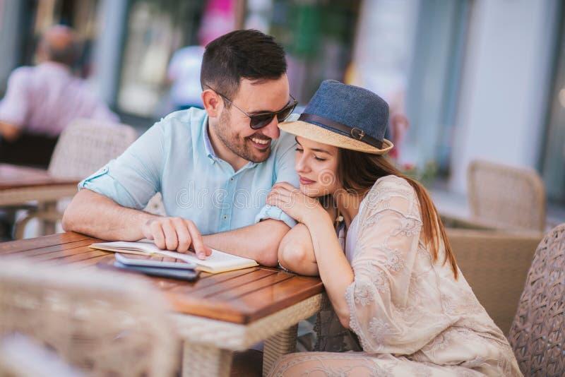 在咖啡馆的夫妇,有了不起的时光一起,选择聚焦 免版税库存照片