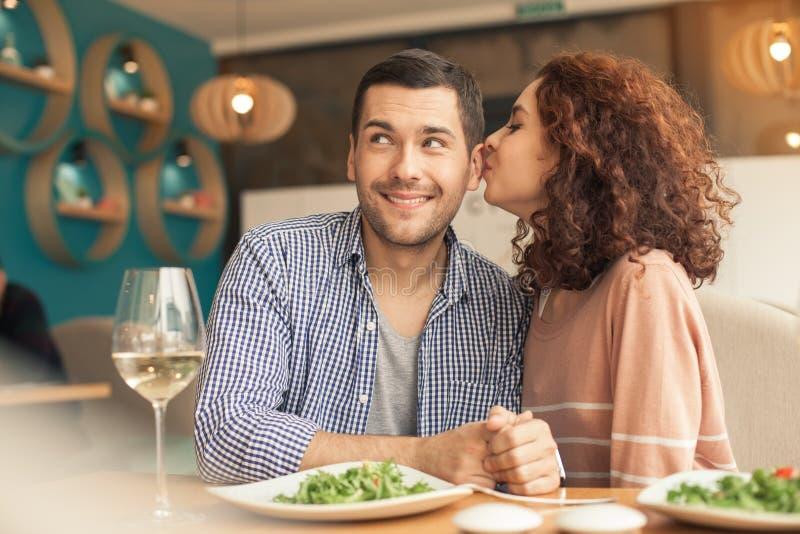 在咖啡馆的好的看的夫妇 库存图片