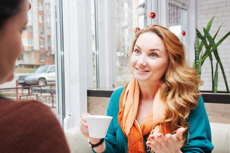 在咖啡馆的妇女闲话 图库摄影