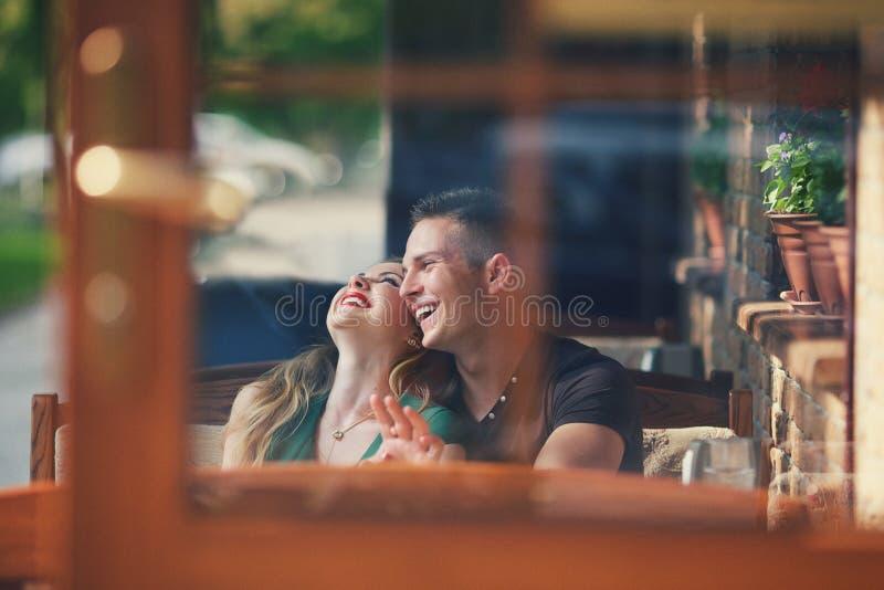 在咖啡馆的对笑 图库摄影