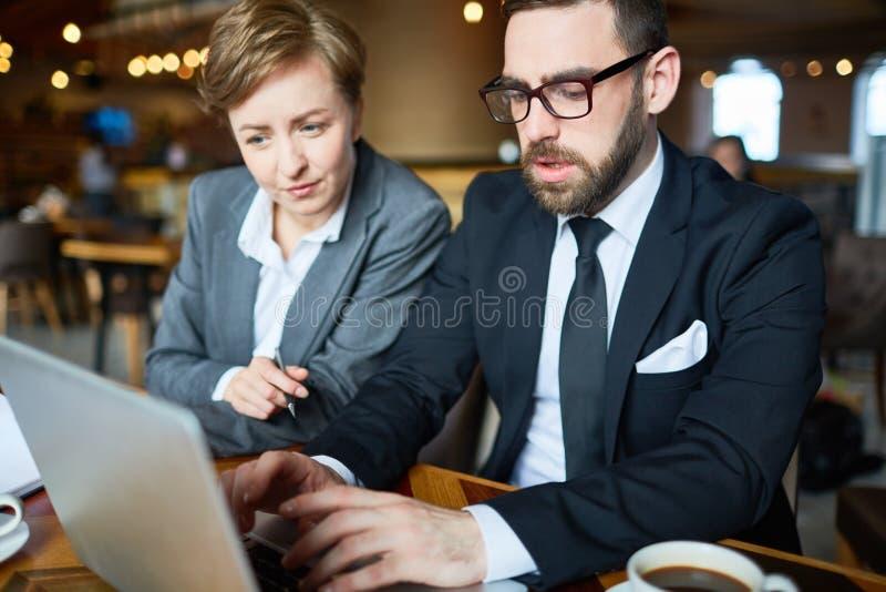 在咖啡馆的工作会 免版税库存图片