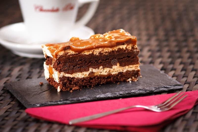 在咖啡馆的巧克力蛋糕 免版税图库摄影