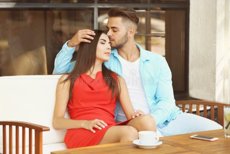在咖啡馆的愉快的可爱的夫妇 库存图片