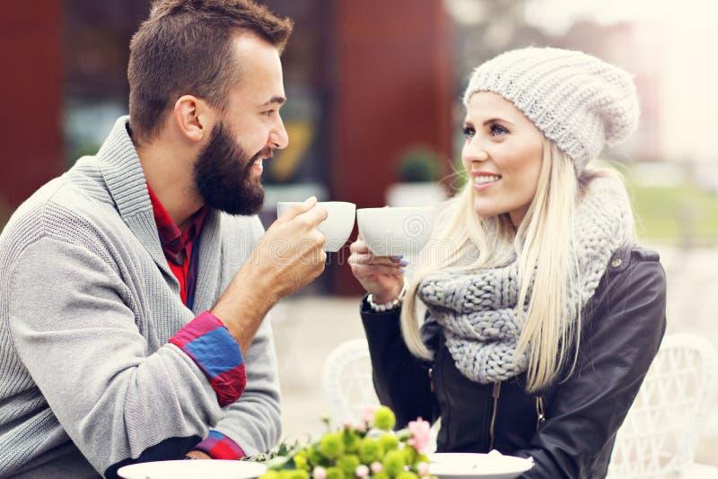 在咖啡馆的愉快的成人夫妇约会 免版税库存图片
