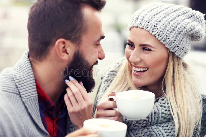 在咖啡馆的愉快的成人夫妇约会 库存图片