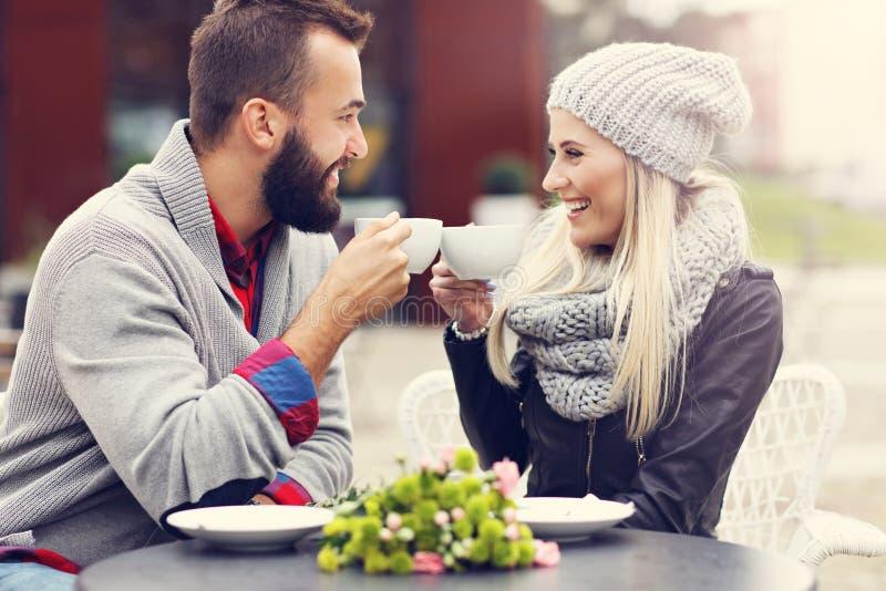 在咖啡馆的愉快的成人夫妇约会 免版税库存照片
