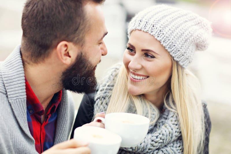 在咖啡馆的愉快的成人夫妇约会 图库摄影