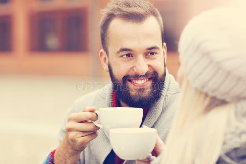 在咖啡馆的愉快的成人夫妇约会 免版税图库摄影