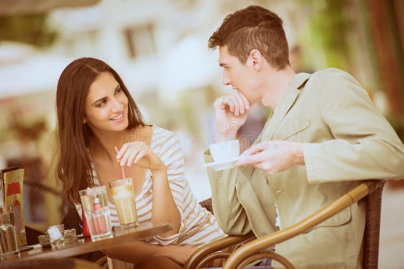在咖啡馆的新夫妇 免版税库存照片