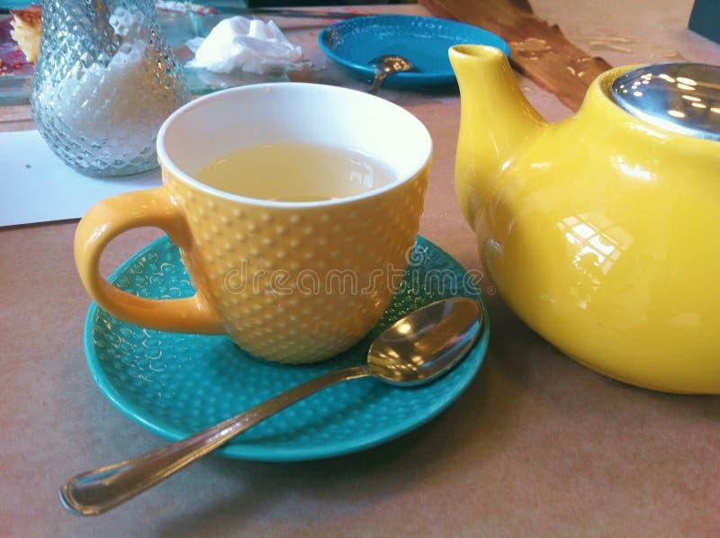 在咖啡馆的早餐 茶壶、茶杯 明亮,五颜六色的颜色 特写镜头照片 向量例证