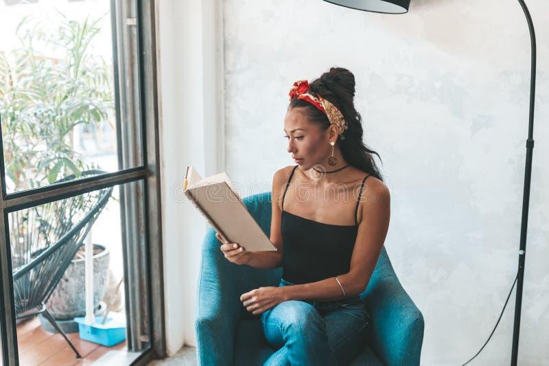 在咖啡馆的美女看书 免版税库存图片
