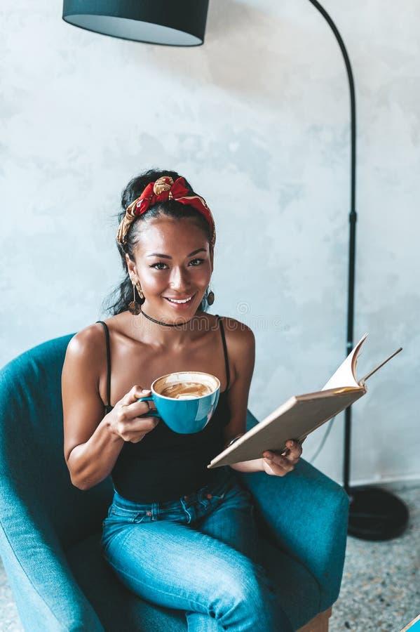在咖啡馆的美女看书 库存图片