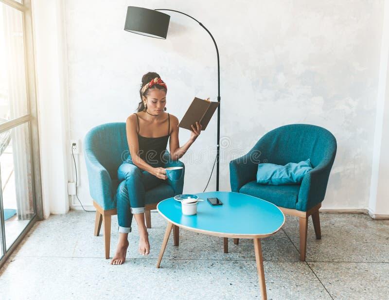 在咖啡馆的美女看书 库存照片