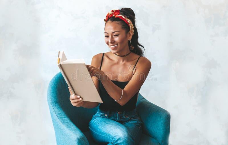 在咖啡馆的美女看书 免版税图库摄影