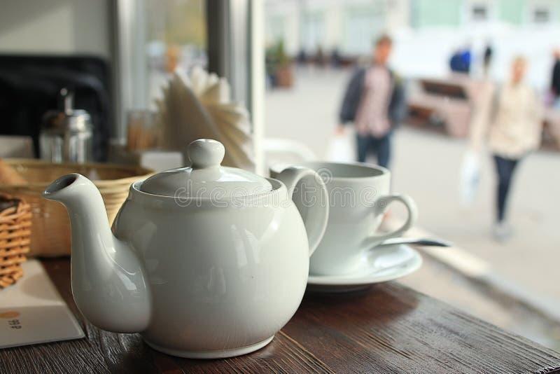在咖啡馆的茶在窗口附近 免版税图库摄影