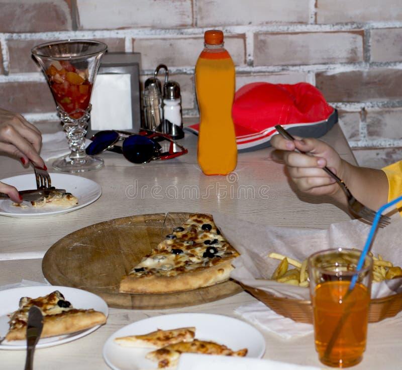 在咖啡馆的表用薄饼、水果沙拉和饮料 库存图片