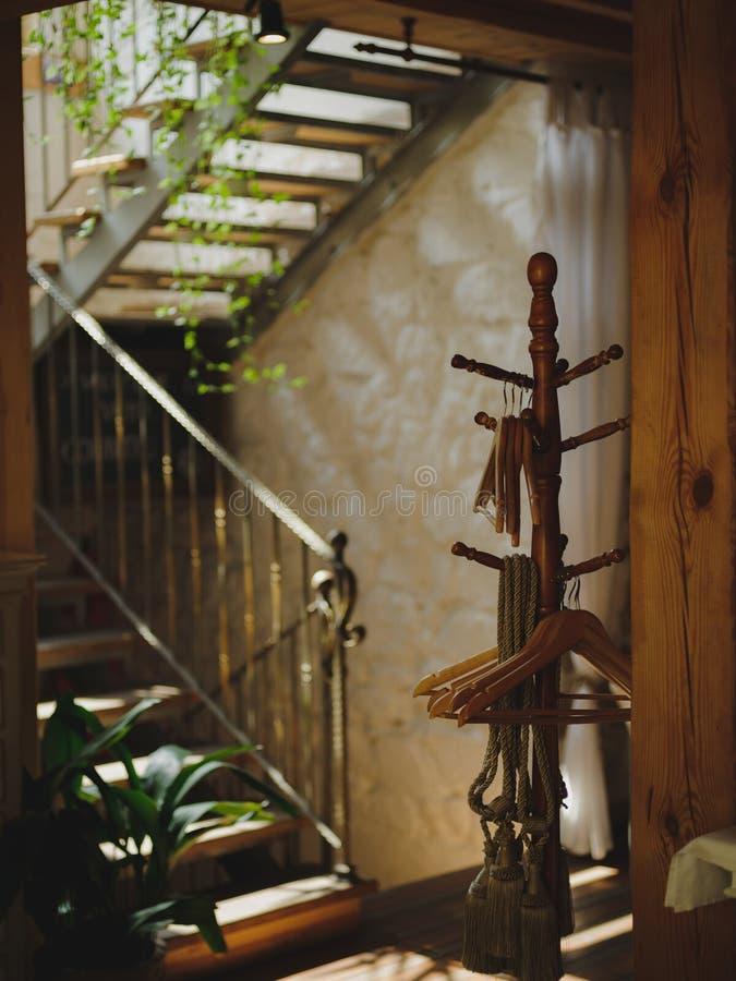 在咖啡馆的被弄脏的台阶 美丽的楼梯和一个挂衣架在轻的墙壁背景 葡萄酒旅馆内部概念 库存图片