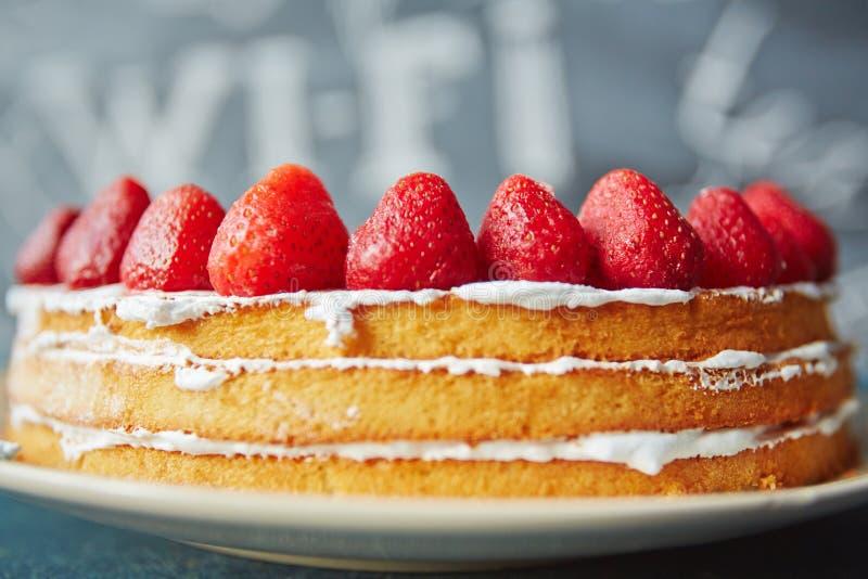 在咖啡馆的赤裸饼干蛋糕 免版税图库摄影